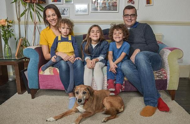 英国一家五口和宠物狗都是模特 一年半收入46万元