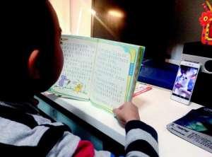 读书真不容易!孩子寒假作业要讲故事给宠物听