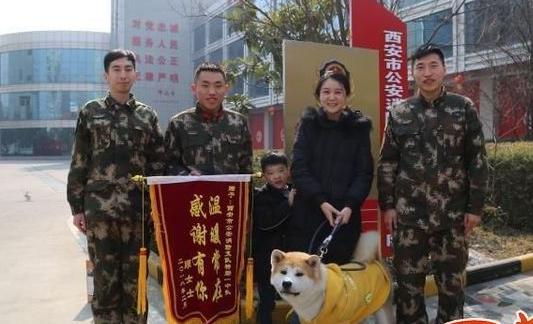 西安女子宠物狗落水 消防官兵爬在冰上救助
